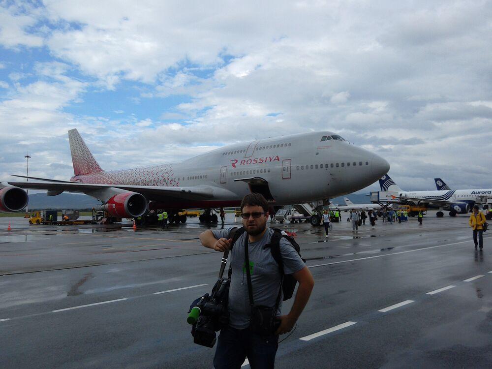"""Takim oto dwupiętrowym samolotem linii lotniczych """"Rossija"""" przyleciało z Moskwy do Władywostoku ponad 500 dziennikarzy."""