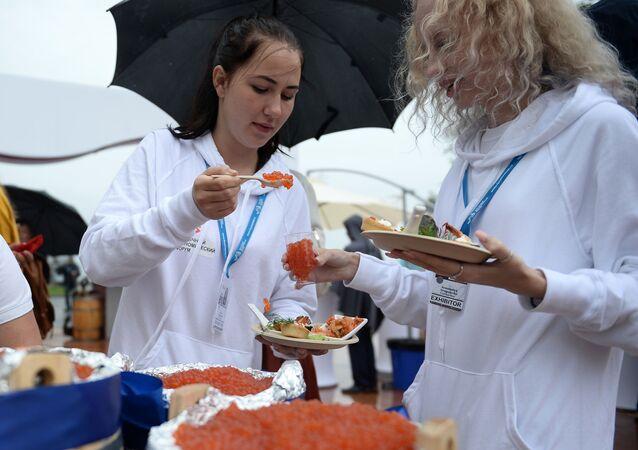 Kosztowanie kawioru czerwonego podczas otwarcia festiwalu Ulica Dalekiego Wschodu, odbywajacego się w ramach Wschodniego Forum Ekonomicznego 2016 we Władywostoku.