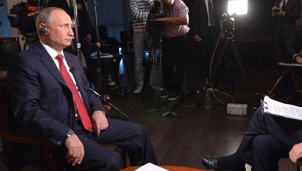 Władimir Putin i redaktor naczelny agencji Bloomberg w czasie wywiadu. Władywostok. Wyspa Rosyjska - Sputnik Polska