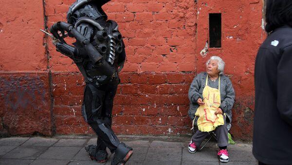 Człowiek przebrany za bohatera filmowego, Lima, Peru - Sputnik Polska