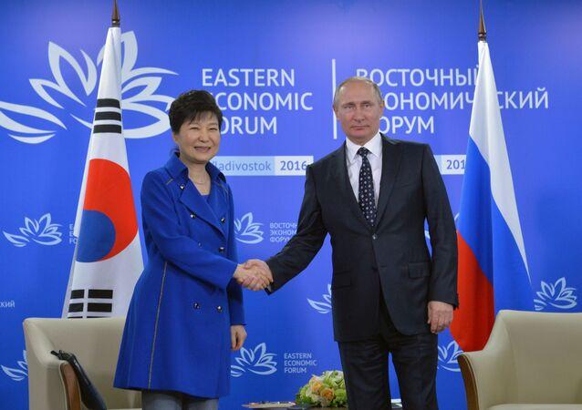 Prezydent Korei Południowej Park Geun-hye i prezydent Rosji Władimir Putin podczas II Wschodniego Forum Ekonomicznego