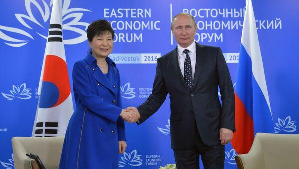Prezydent Korei Południowej Park Geun-hye i prezydent Rosji Władimir Putin podczas II Wschodniego Forum Ekonomicznego - Sputnik Polska