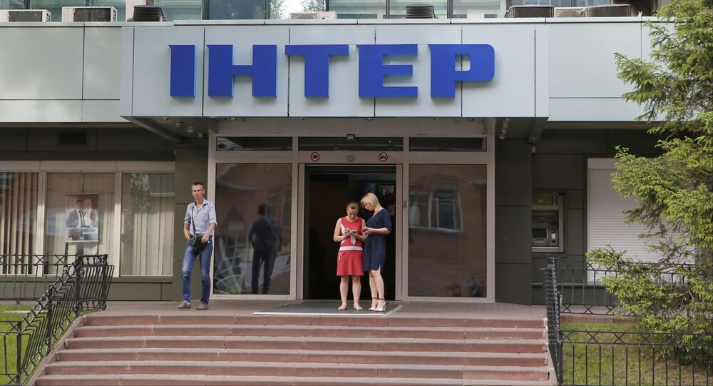 Ludzie przy wejściu do biura telewizji Inter w Kijowie, Ukraina