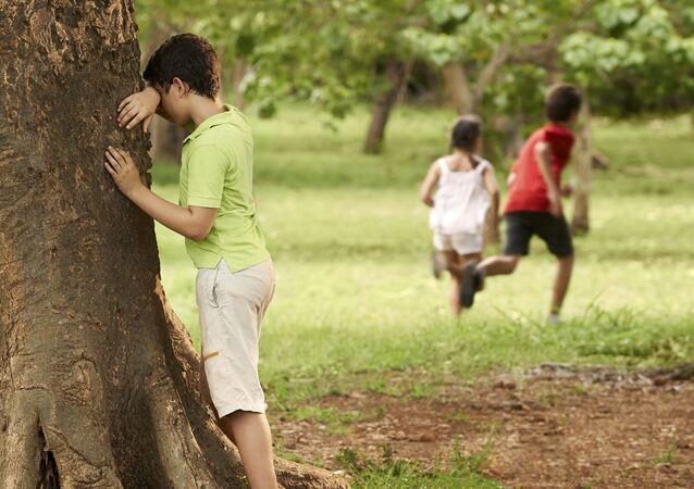 Dzieci grające w chowanego