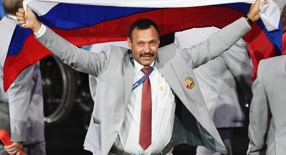 Andriej Fomoczkin z flagą Rosji na ceremonii otwarcia XV Letnich Igrzysk Paraolimpijskich 2016 w Rio de Janeiro