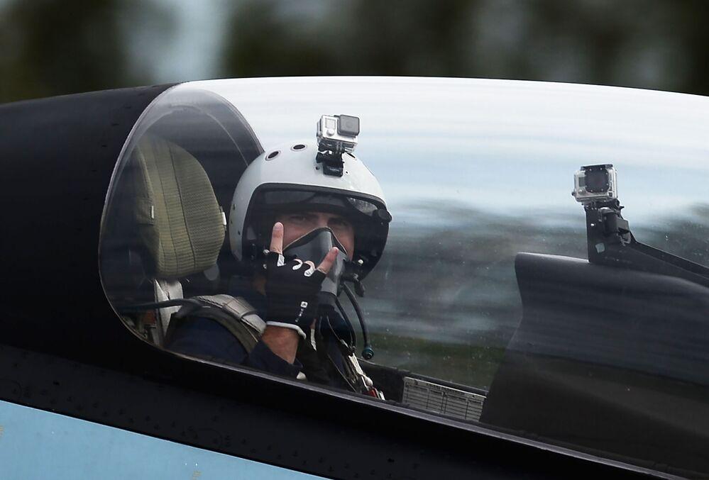 """Zespół akrobacyjny """"Sokoły Rosji"""" zademonstrował możliwości wielozadaniowego myśliwca Su-30SM."""