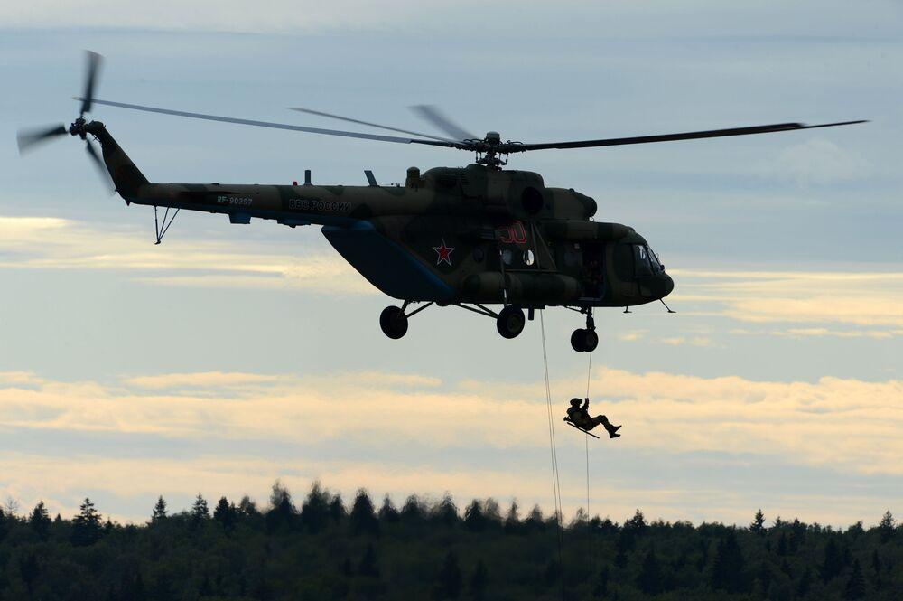 """Na Międzynarodowym Forum Wojskowo-Technicznym """"Armia 2016"""" odbyły się pokazowe ćwiczenia z desantowania ze śmigłowca Mi-8."""