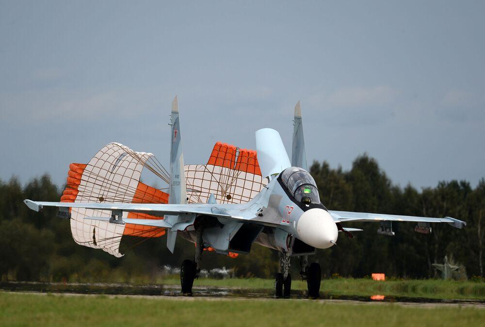 """Wielozadaniowy myśliwiec Su-30SM zespołu akrobacyjnego """"Sokoły Rosji"""" na lotnisku w Kubince."""