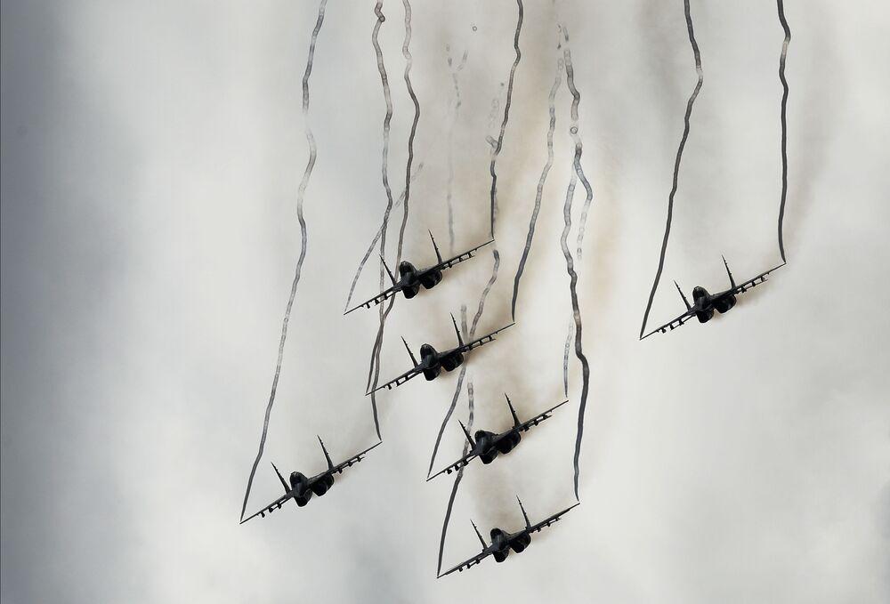 """W pokazach lotniczych na lotnisku w Kubince wziął udział zespół akrobacyjny """"Jerzyki"""" na wielozadaniowych myśliwcach MiG-29."""