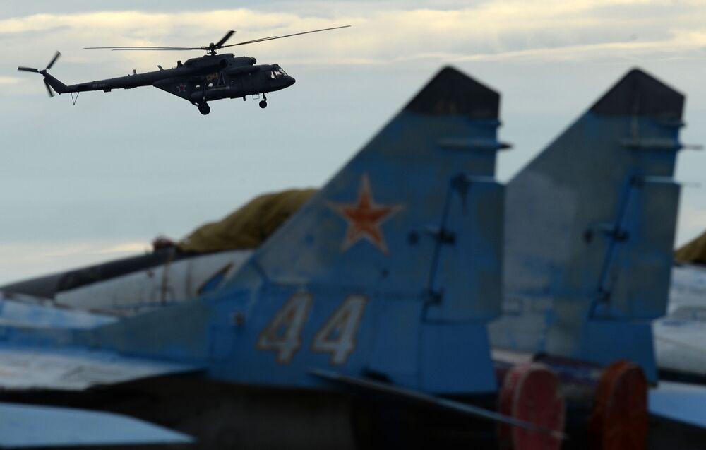 Śmigłowiec Mi-8 podczas pokazów lotniczych na lotnisku w Kubince.