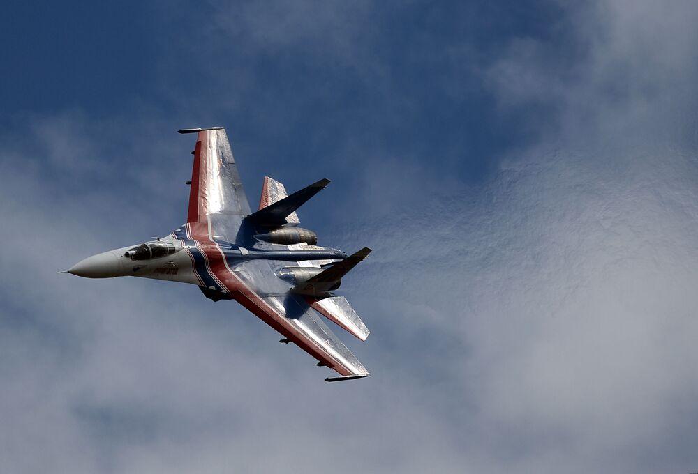 """""""Rosyjscy Witezie"""" zademonstrowali wyższą szkołę pilotażu na wielozadaniowych myśliwcach Su-27."""