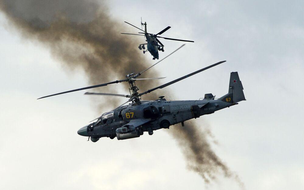 """Śmigłowce wsparcia bojowego Ka-52 """"Aligator"""" podczas pokazowych ćwiczeń w Kubince."""