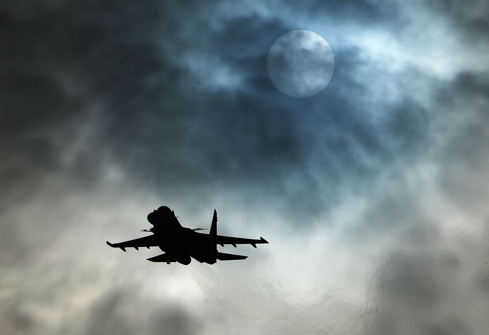 """Wielozadaniowy myśliwiec Su-30SM zespołu akrobacyjnego """"Sokoły Rosji""""."""