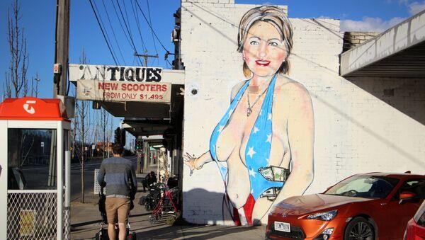 Graffiti przedstawiające Hillary Clinton - Sputnik Polska