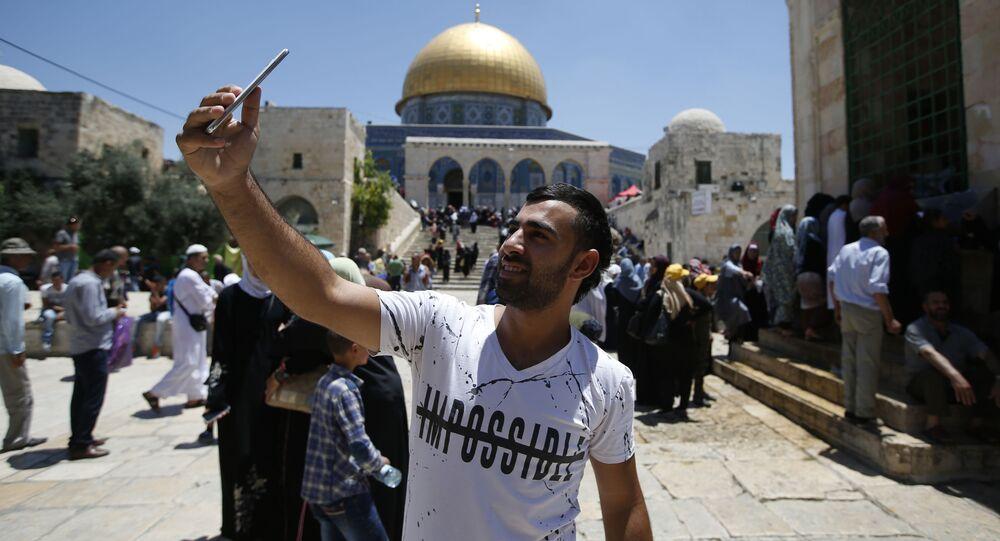 Mężczyzna robi sobie selfie w Jerozolimie