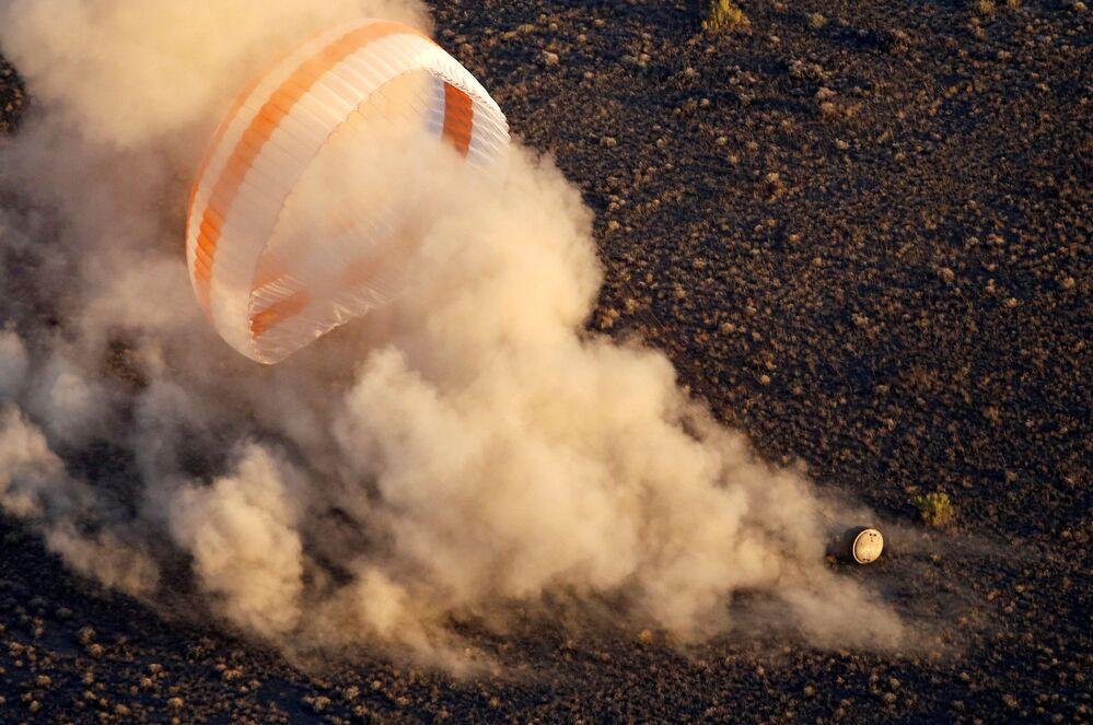 Lądowanie kapsuły z załogą statku Sojuz TMA 20M z MSK w Kazachstanie