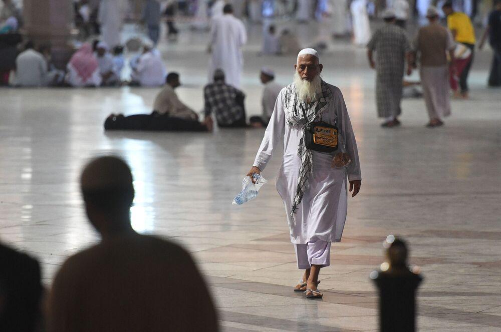 Pielgrzymi przybywający na hadżę do Mekki dokonują namazu w Medynie