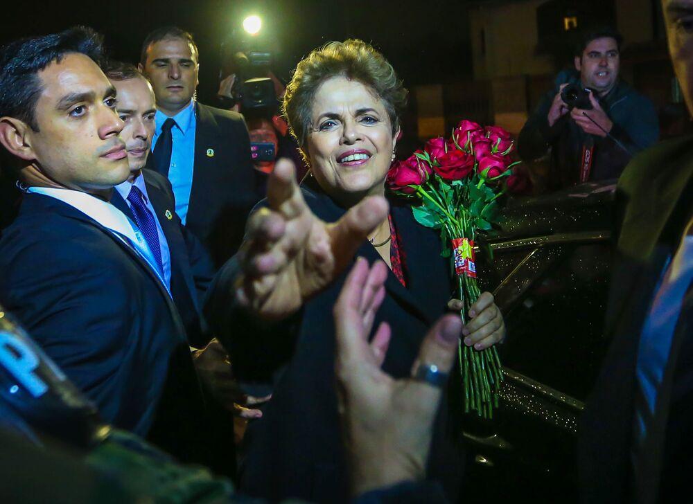 Była prezydent Brazylii Dilma Rouseff wita swoich zwolenników