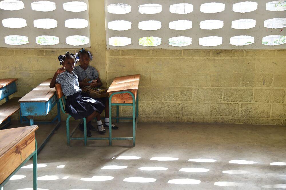 Uczniowie w ławkach w pierwszy dzień po wakacjach w szkole Port-au-Prince, stolicy Haiti