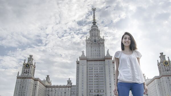 Sandra przy Gmachu Głównym Uniwersytetu Moskiewskiego. - Sputnik Polska