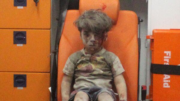 Niewinne ofiary wojny... Okolice Aleppo, ocalony z powietrznego ataku terrorystów 5-letni Omran Daqneesh - Sputnik Polska