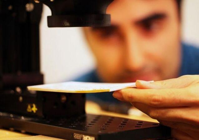 Amerykański fizyk Barmak Heshmat podczas badań