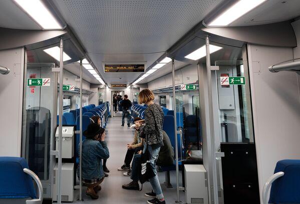 Pasażerowie w pociągu Moskiewskiego Centralnego Pierścienia - Sputnik Polska