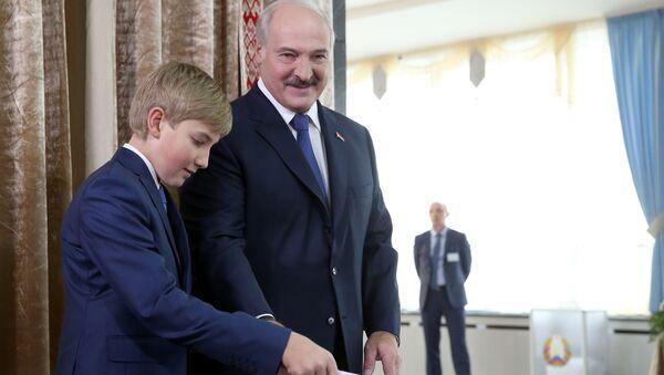 Prezydent Białorusi Aleksander Łukaszenko z synem Nikołajem - Sputnik Polska