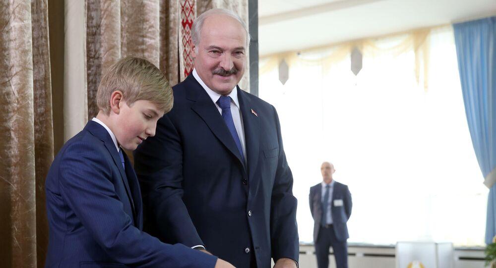 Prezydent Białorusi Aleksander Łukaszenko z synem Nikołajem