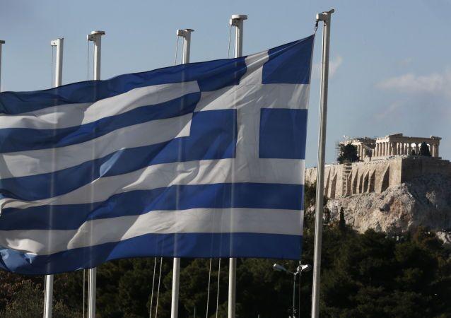 Flaga Grecji na tle Panteonu w Atenach