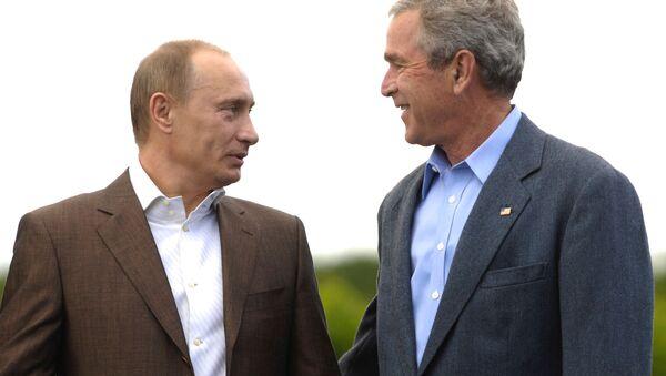 Prezydenci Rosji i USA Władimir Putin i George Bush podczas spaceru po posiadłości rodziny Bushów Walker's Point - Sputnik Polska