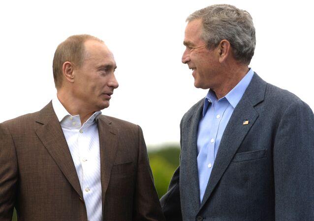 Prezydenci Rosji i USA Władimir Putin i George Bush podczas spaceru po posiadłości rodziny Bushów Walker's Point