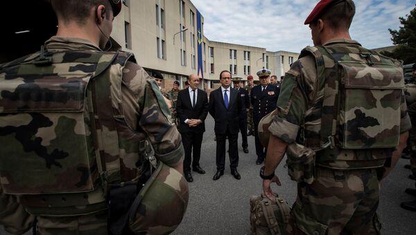 Prezydent Francji Francois Hollande i minister obrony Jean-Yves Le Drian dokonują przeglądu wojsk - Sputnik Polska