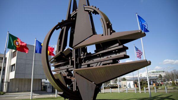Rzeźba w pobliżu siedziby NATO w Brukseli - Sputnik Polska