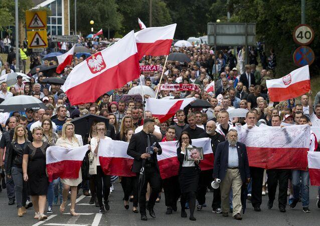 Polska emigracja w Harlow w trakcie marszu pamięci tydzień po morderstwie Arkadiusza Jóźwika w Harlow, Essex, Londyn, 3 września 2016