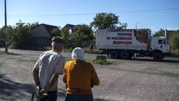 Okolice Doniecka, mieszkańcy obserwują przejazd konwoju humanitarnego - Sputnik Polska