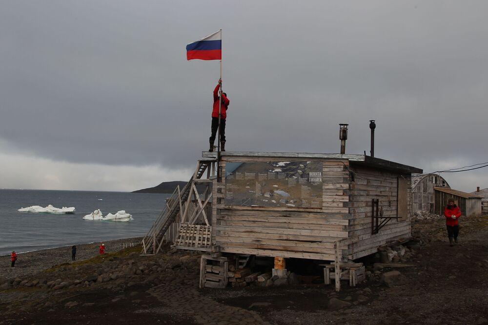 Stacja polarna na brzegu zatoki Cicha na wyspie Hoockera w archipelagu Ziemia Franciszka Józefa.