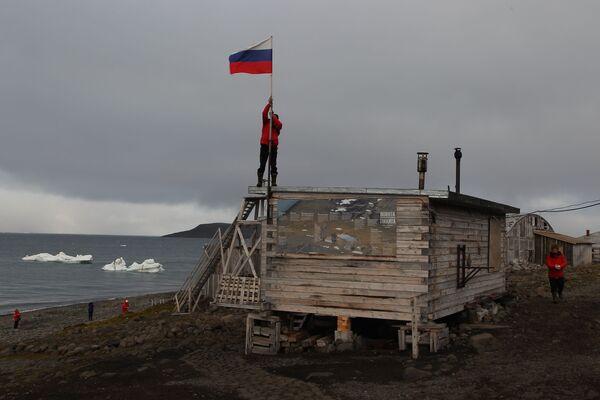 Stacja polarna na brzegu zatoki Cicha na wyspie Hoockera w archipelagu Ziemia Franciszka Józefa - Sputnik Polska