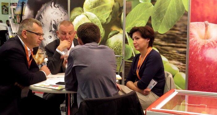 Negocjacje przy stoisku firmy Poltino