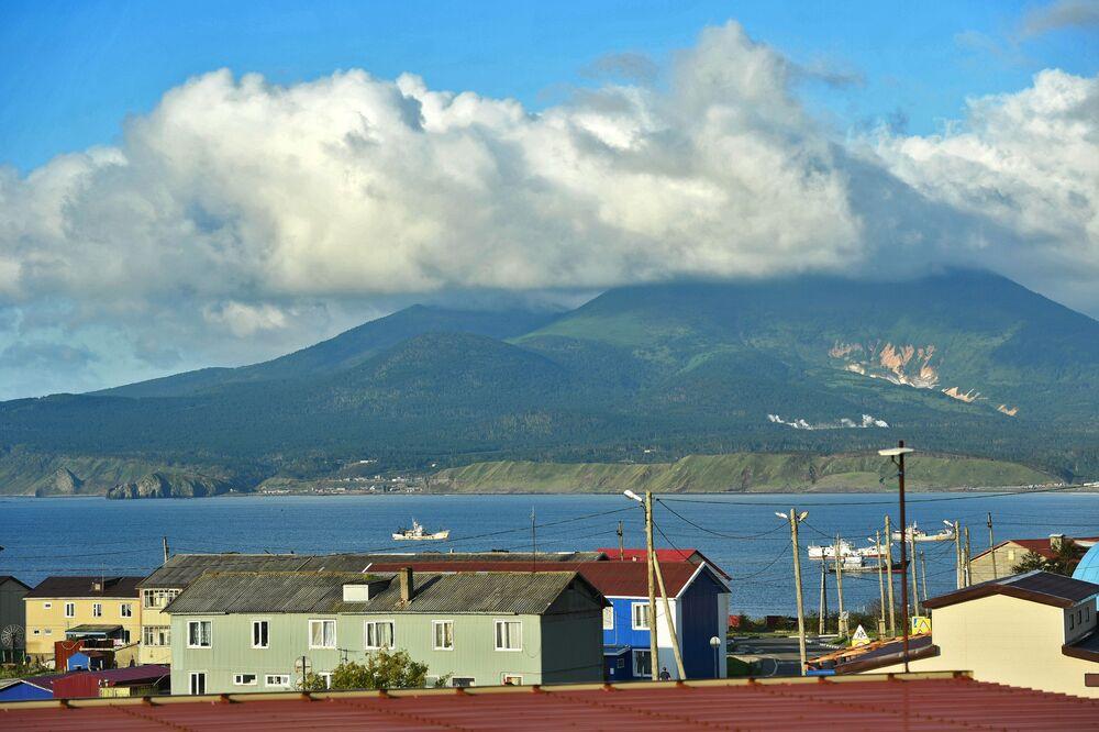 Czynny wulkan Mendelejew przy wsi Południowy Kurylsk (Kunaszir).