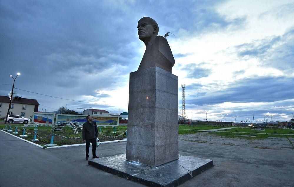 Pomnik Lenina w centrum wsi Północny Kurylsk (Kunaszir).