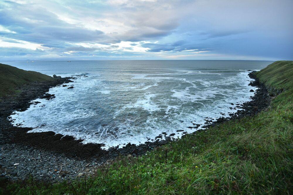 Brzeg Oceanu Cichego w pobliżu wsi Północny Kurylsk (Kunaszir).