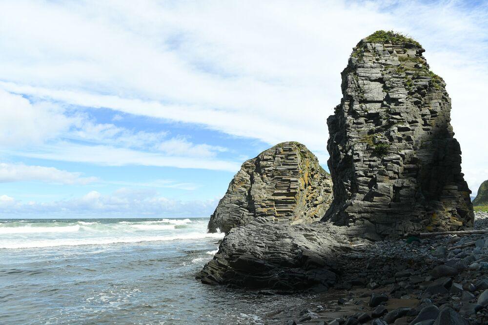 Przylądek Stolbczatyj na brzegu Morza Ochockiego na zachodzie wyspy Kunaszir.