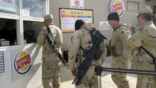 Amerykańscy żołnierze w kolejce do Burger Kinga - Sputnik Polska