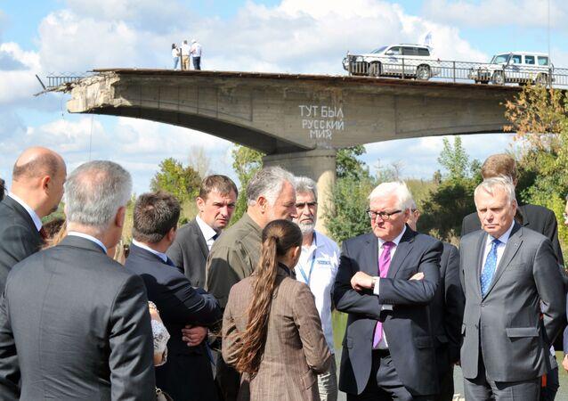 Minister spraw zagranicznych Niemiec Frank-Walter Steinmeier i francuski szef MSZ Jean-Marc Ayrault przy zniszczonym moście w Słowiańsku