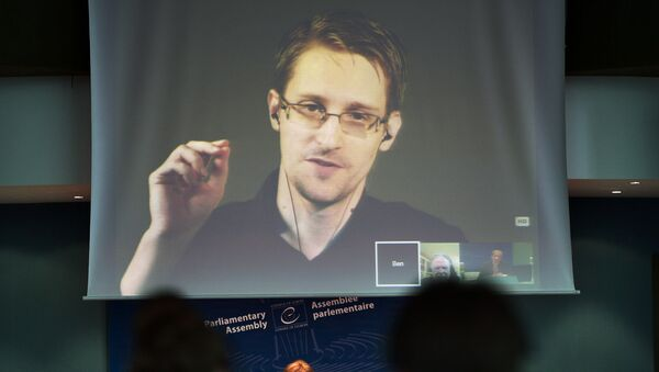 Były oficer CIA Edward Snowden podczas wideokonferencji z Rosji - Sputnik Polska