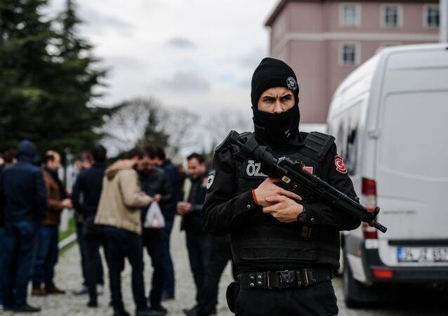 Turecki policjant w Stambule