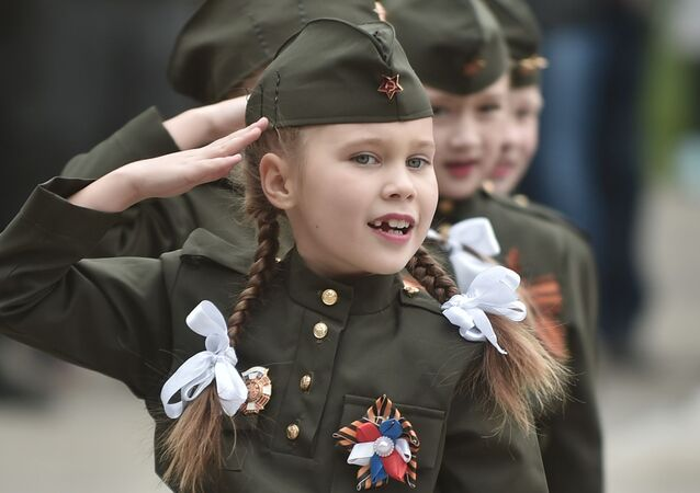 """Uczestnicy wojskowo-sportowej gry """"Błyskawica Powołża"""" przed rozpoczęciem konkursu w Orenburgu"""