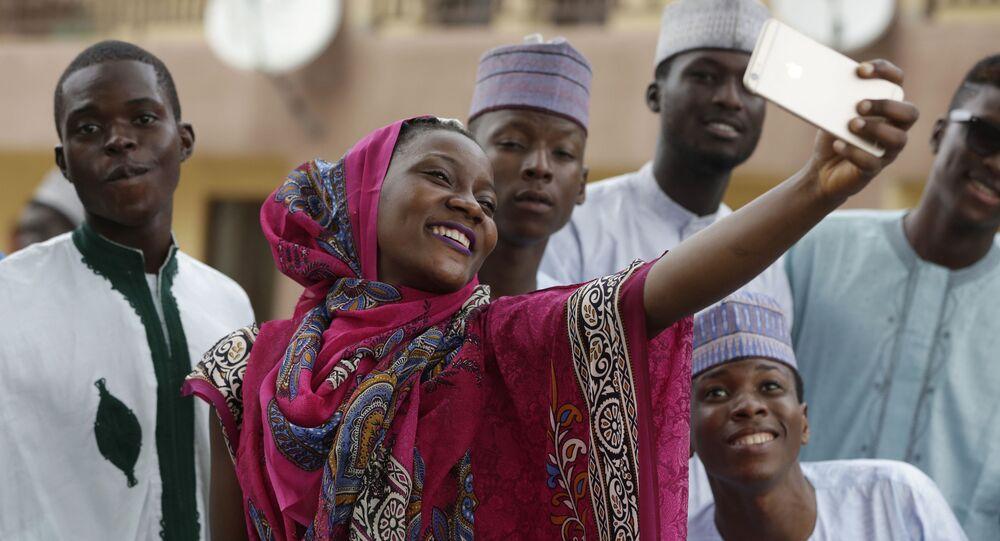 Dziewczyna robi selfie z przyjaciółmi podczas święta Kurban Bajram, Nigeria