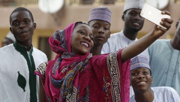 Dziewczyna robi selfie z przyjaciółmi podczas święta Kurban Bajram, Nigeria - Sputnik Polska